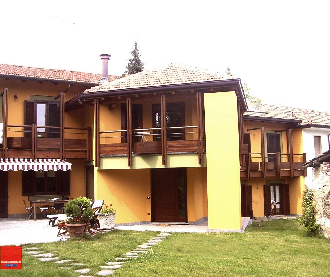 Trasformazione di una casa anni '70, in una inedita costruzione dal sapore rustico-Arona-